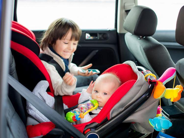 До уваги автомобілістів – в Україні штрафуватимуть за перевезення дітей в машині без автокрісла