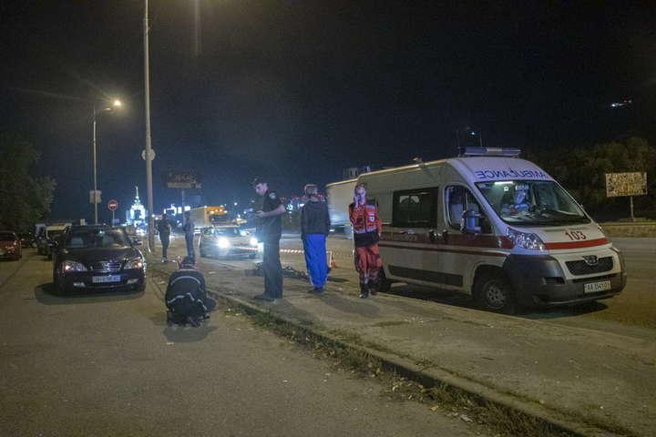 Чоловіка з перерізаним горлом викинули з машини на Кільцевій дорозі