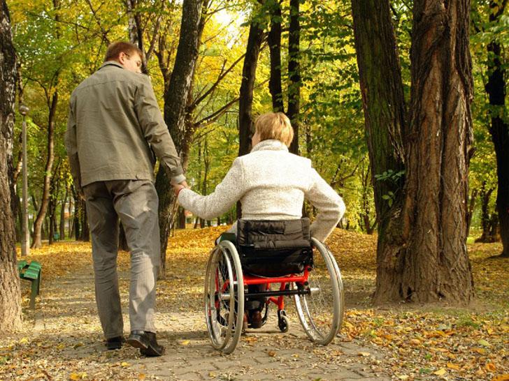Можливо підвищать інвалідам з дитинства надбавки за догляд